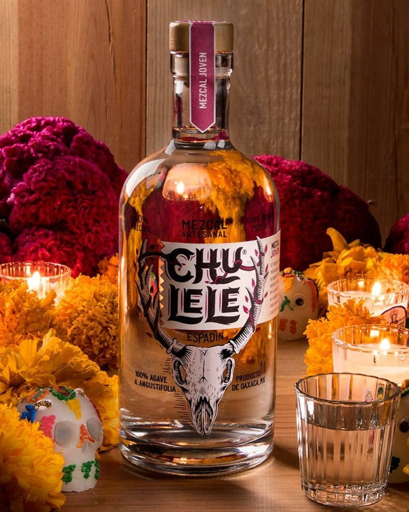 """MEZCAL JOVEN Mezcal cristalino con """"perlas"""" propias de una destilación cuidada.  De un sabor fuerte y esencia persistente, para degustar derecho o mezclado en cócteles. Chulele Joven es para conocedores que buscan un mezcal artesanal puro. #mezcalchulele #descubretuchulele #mezcal #mezcalartesanal #mezcallovers #mezcalcocktails #cocktails #drinks #discoveryourchulele #craftspirits #oaxaca #mexico #bartender"""