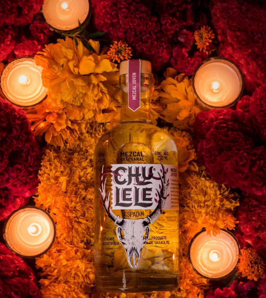 En ciertas regiones de México se les conoce como Chulele a la persona con la sabiduría mística de saber transformar su forma humana en una forma animal. Algunos creen que existe escondido en cada uno de nosotros, ese poder o capacidad del chulele para transformarnos ¿Sabes cuál es tu poder? Saca el Chulele que llevas dentro. #mezcal #agave #mezcalartesanal #tequila #oaxacamexico #oaxacatravel #discoveryourchulele #mezcalchulele #cocktails #drinks #craftspirits #mezcallovers #oaxaca #bartender #mezcalcocktails #chulele